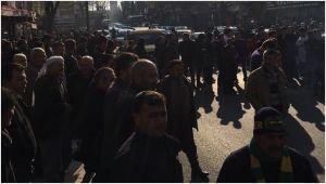 Esnaflar DEDAŞ'ı protesto etti, yolu trafiğe kapattı