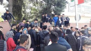 Kapatılan okulun öğrencileri, il milli eğitim müdürlüğünü bastı