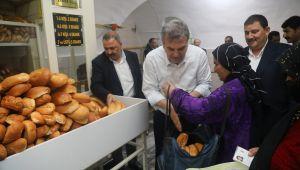 Başkan Beyazgül ihtiyaç sahiplerine yemek dağıttı