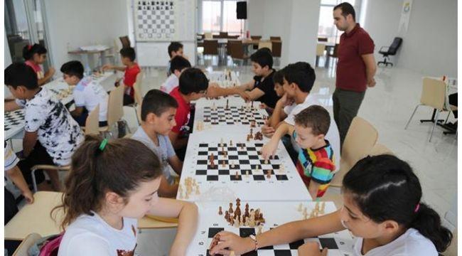 Urfalı Gençler Haliliye ile satranç öğreniyor