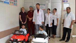 Çocukların ameliyat korkuları, akülü araba ile eğlenceye dönüştü