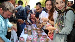 Karaköprü Belediyesinden öğrencilere aşure ikramı