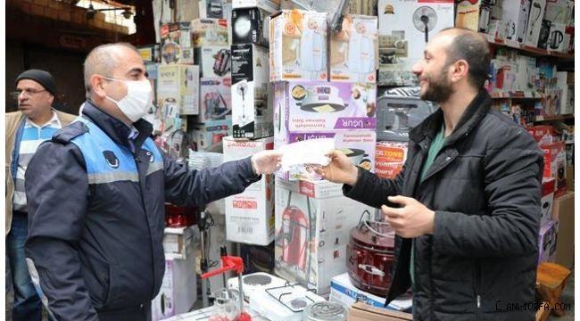 Şanlıurfa Büyükşehir Belediyesi, esnafa maske dağıttı