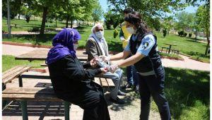 Haliliye Belediyesi Sokağa Çıkan Annelere Gül ve Karanfil Hediye Edildi