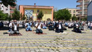 Hilvan'da 2,5 ay aradan sonra ilk Cuma namazı kılındı