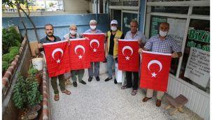 Haliliye'de vatandaşlara bayrak dağıtıldı