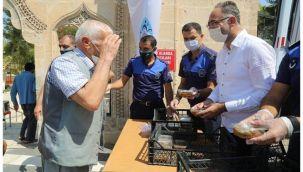 Eyyübiye Belediyesinden vatandaşlara aşure ikramı