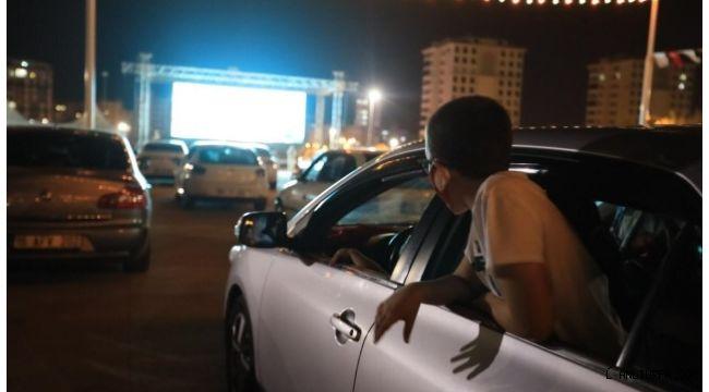 Şanlıurfa'da arabada sinema keyfi