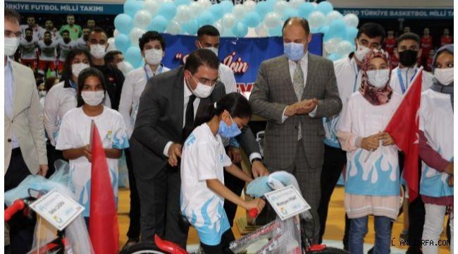 Vekil Gülpınar ve Başkan Canpolat öğrencilere bisiklet dağıttı